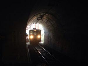 トンネルの中から電車